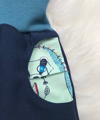Pumphose in blau mit Tiermuster Öffnung